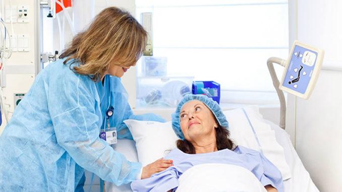 На осмотре у доктора пациент с лимфомой