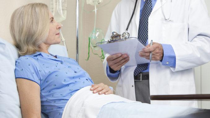 Врач рассказывает пациенту о диагнозе рак яичника