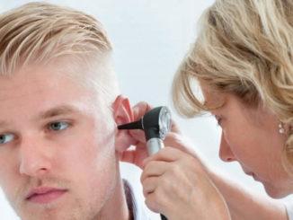 Осмотр уха у врача